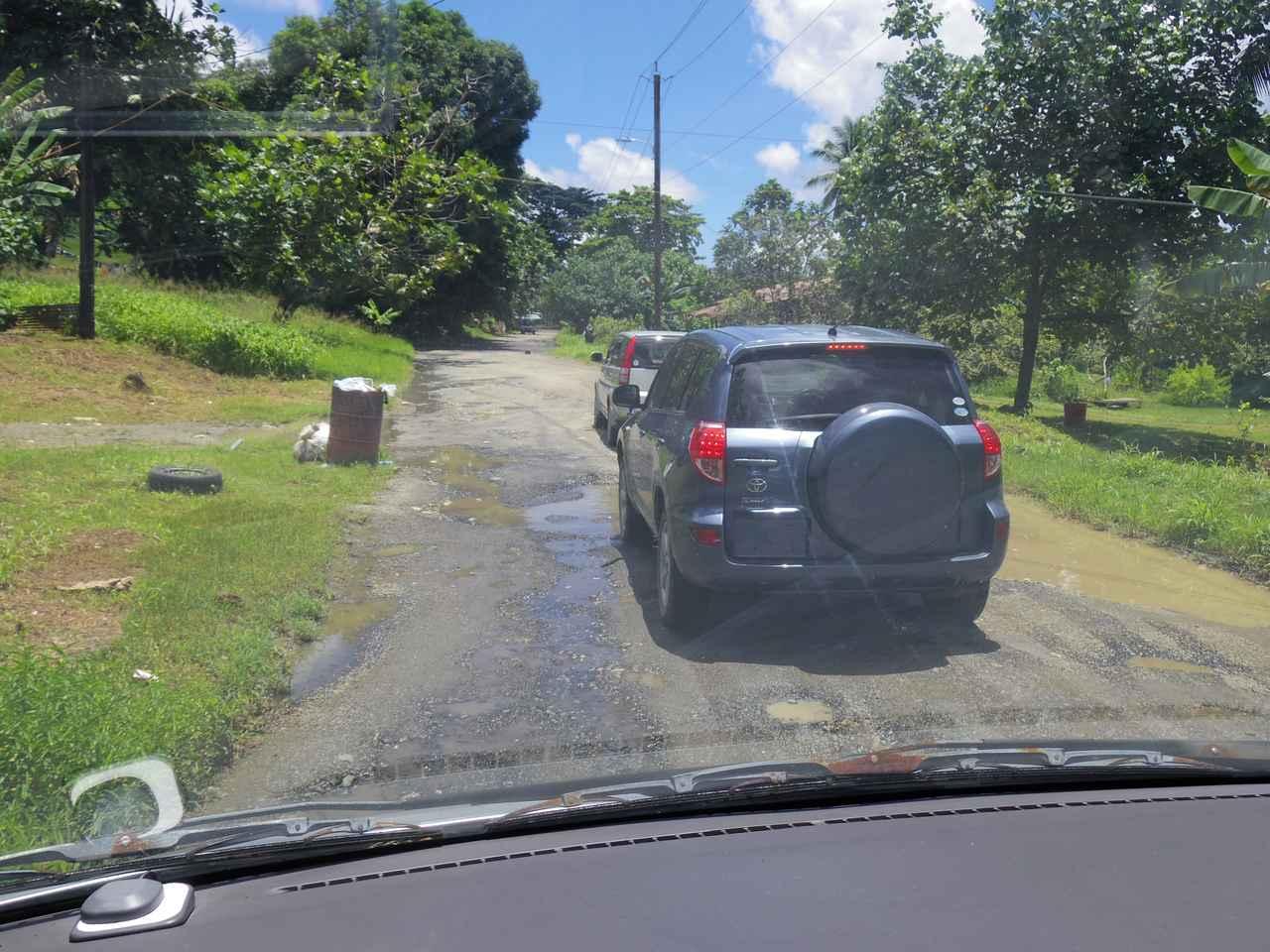 画像: コンクリートが破損している箇所が非常に多いチューク諸島(ウェノ島)の道路