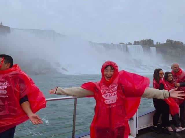 画像: ナイアガラの滝の迫力を全身で受け止めている様子/ガイド様撮影