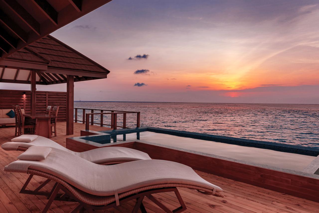 画像: 水上コテージからみた夕日※すべてのお部屋にプールは付いておりません