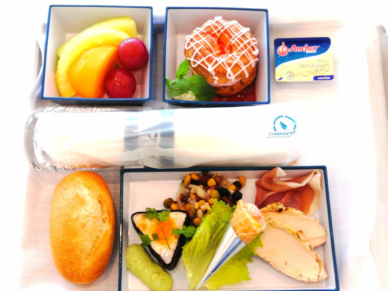 画像: エコノミークラスとは差別化されたお食事