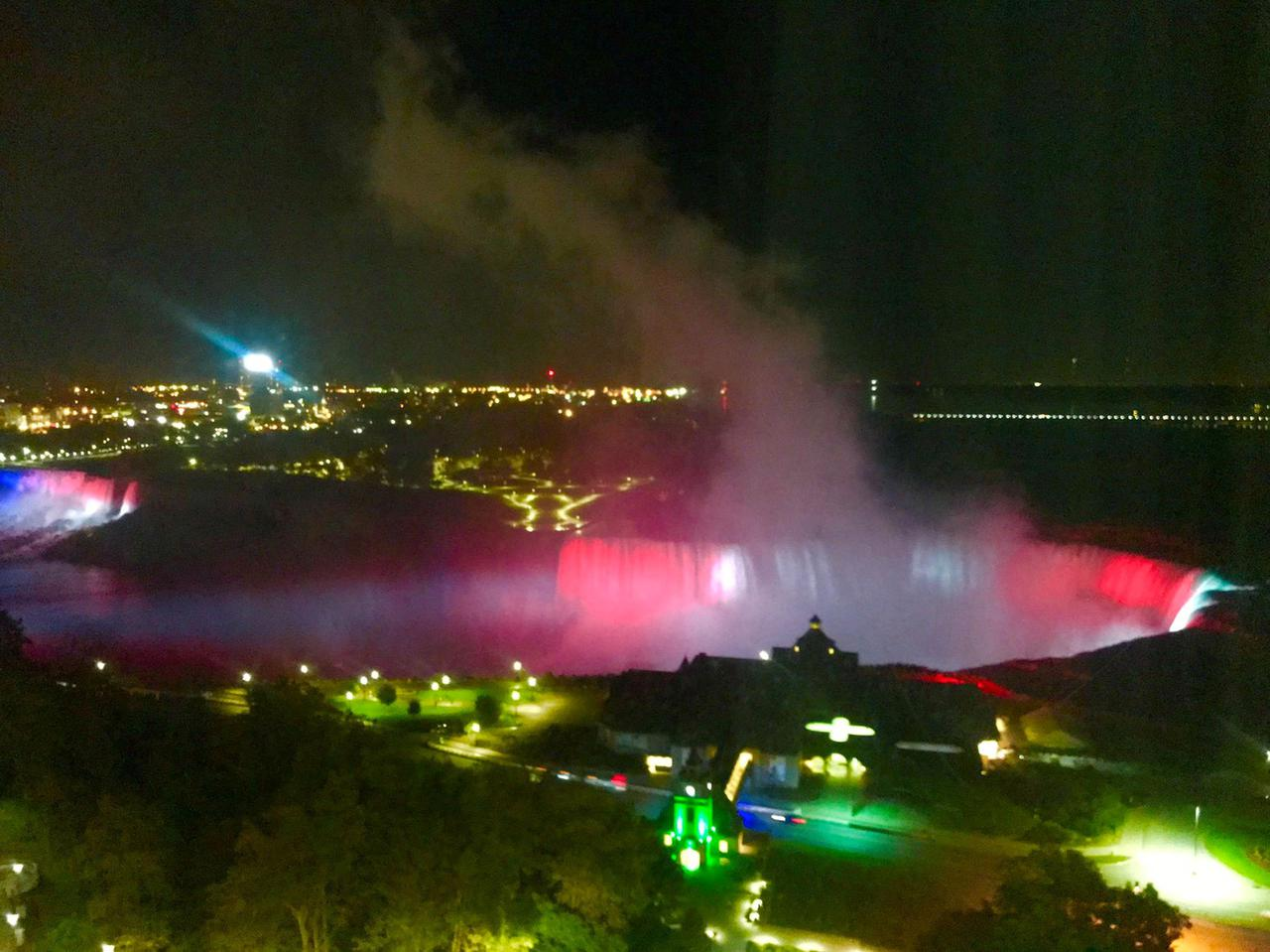 画像: お部屋から見えるライトアップされた滝(イメージ)