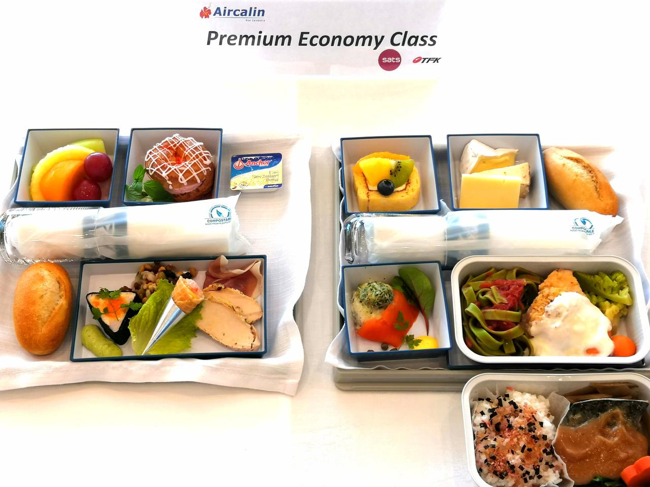 画像2: 右:搭乗後最初に配膳される温かいお食事 左:到着前に配膳される軽食