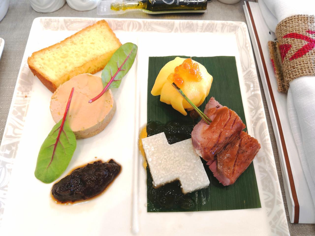 画像: フォアグラ・ローストチキンなどを使った前菜
