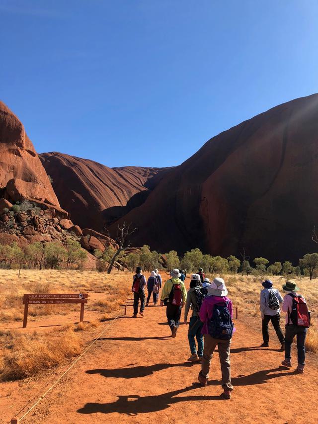 画像: 間近に見るエアーズロック(ウルル)の大きさに自然の雄大さを感じます。(高さ約348m、外周約9.4km)