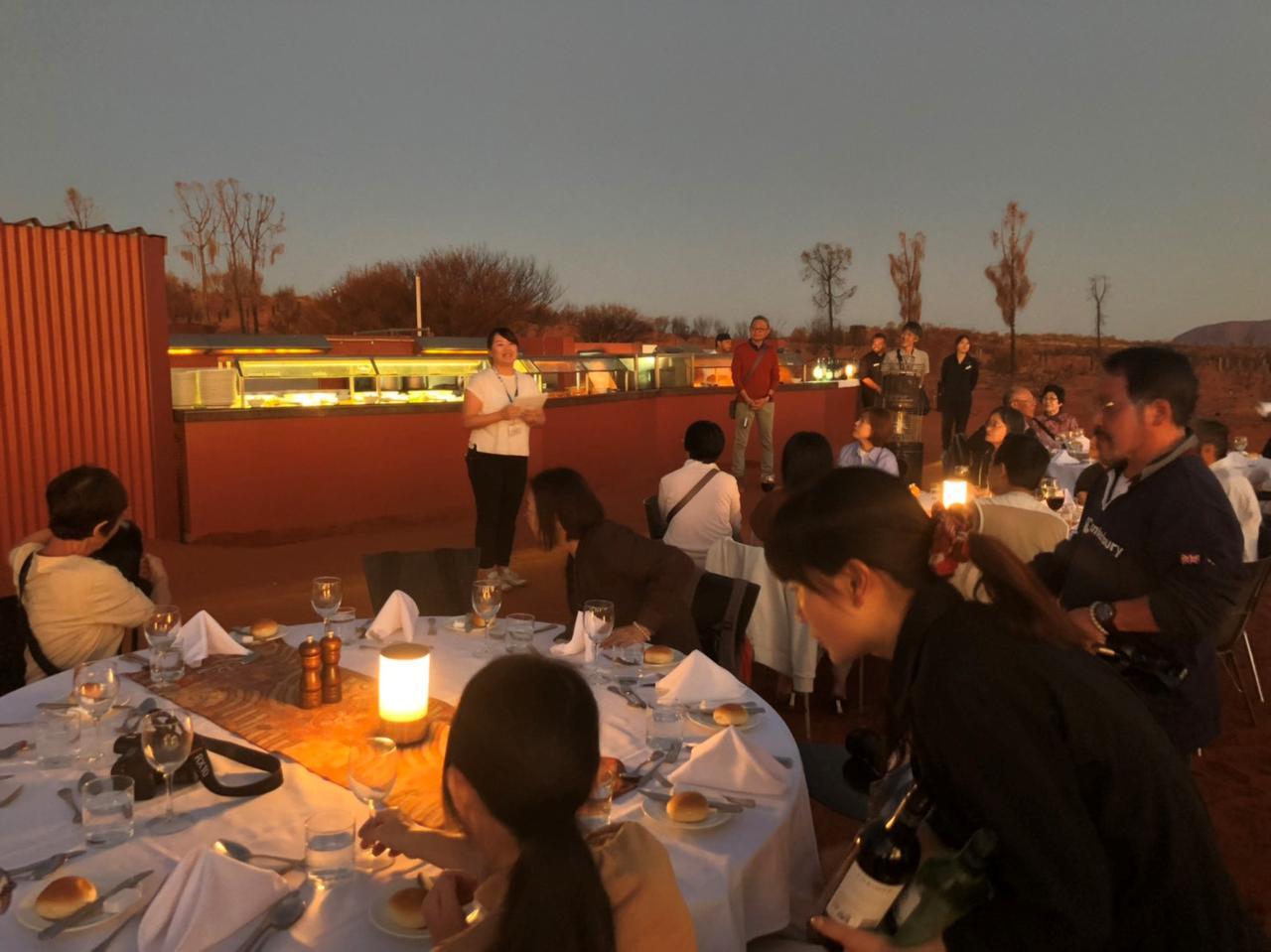 画像: 夕食はクラブツーリズム貸切の野外ディナー「サウンド・オブ・サイレンス」です! 企画担当の大熊よりご参加の皆様にご挨拶申し上げました。