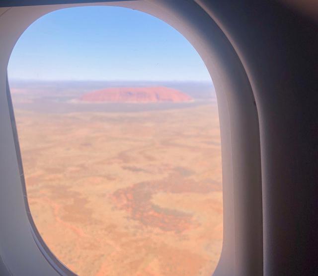 画像: 到着前には機内からエアーズロック(ウルル)を見ることができました!