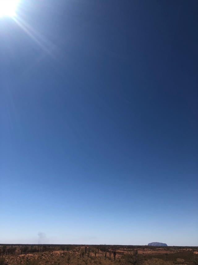 画像: 360度まっすぐの地平線に小さなエアーズロック(ウルル)をご覧いただける展望台にもご案内しました