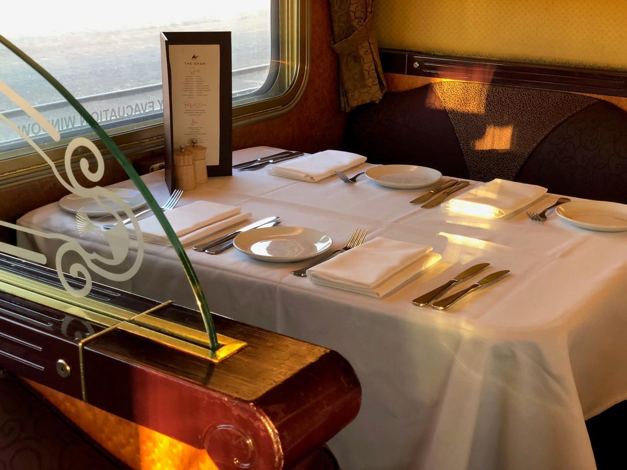 画像: 夕食はクラシカルな食堂車にて♪
