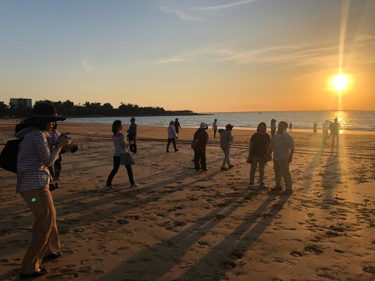 画像: 夕日鑑賞スポットのミンディルビーチへ!