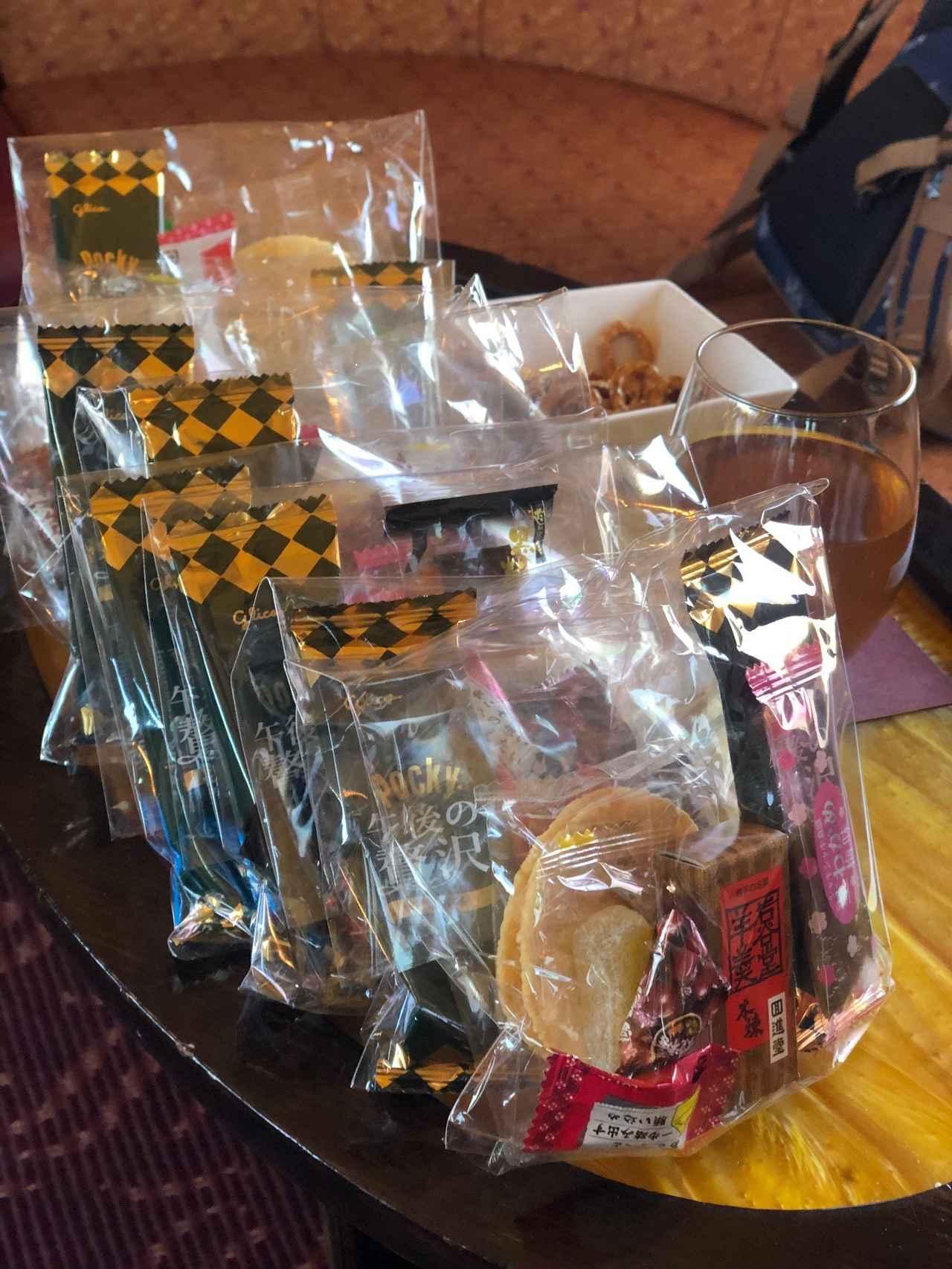 画像: ラウンジ車には日本のお菓子もご用意しました