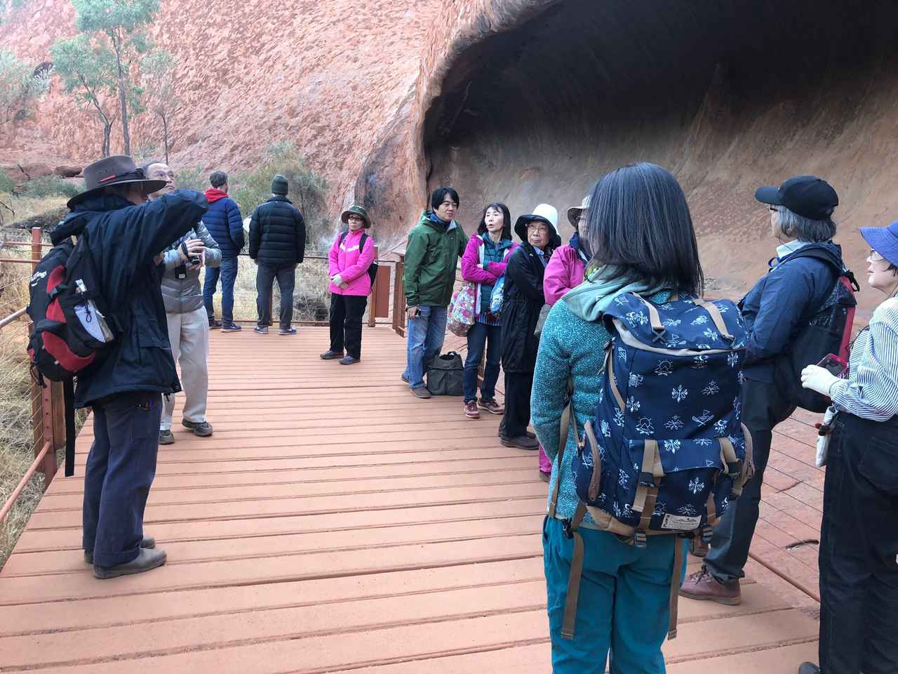 画像: 朝日鑑賞後は日本語ガイドさんと一緒にエアーズロック8ウルル)の麓の散策へ!先住民アボリジニの文化と歴史を学ぶ散策路を歩きます