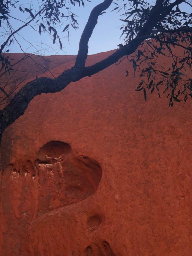 画像: 散策中にハート型のくぼみを発見(ウルルのハート)何か良いことがありそうです♪