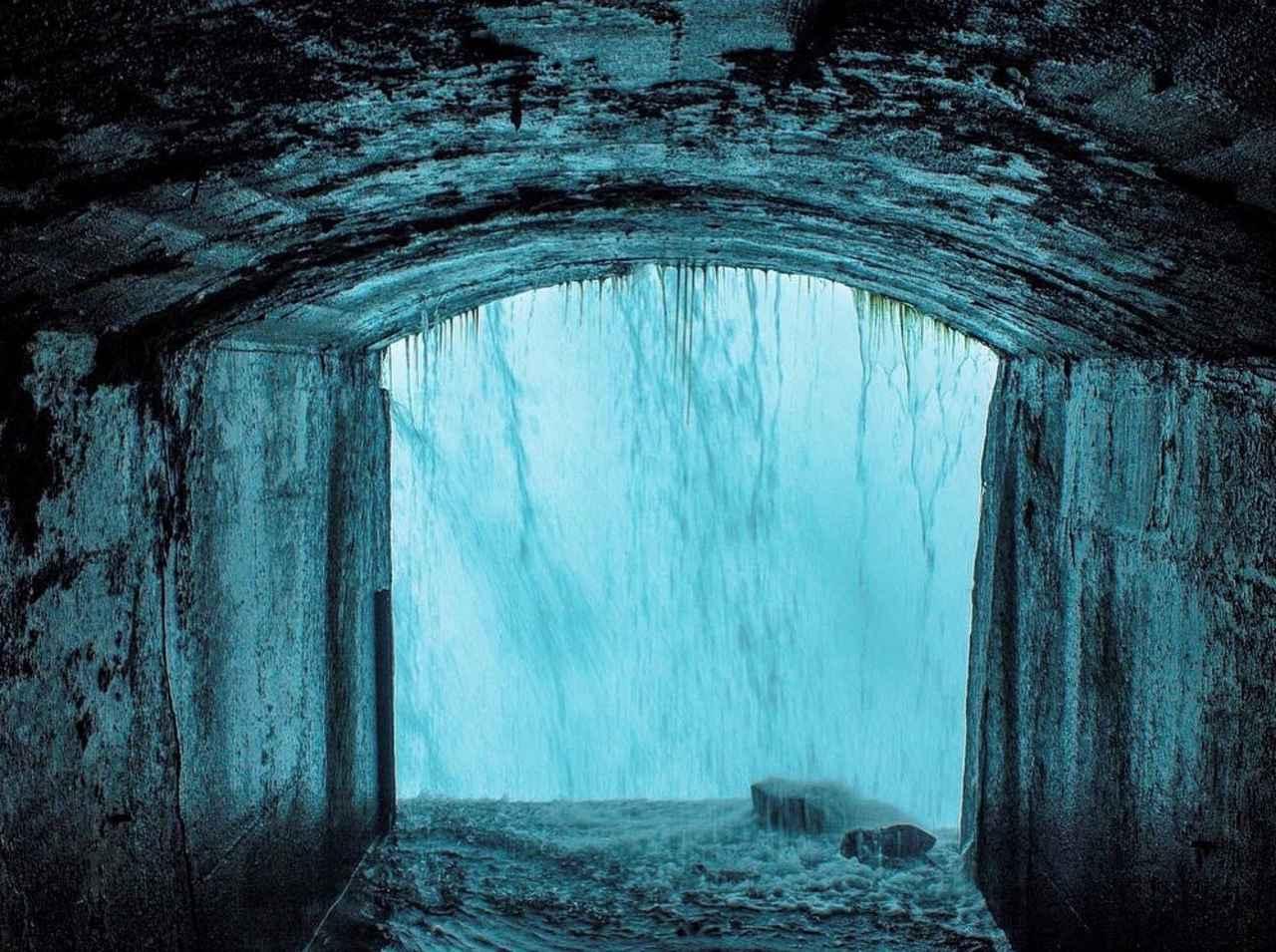 画像: (滝の裏側/イメージ)