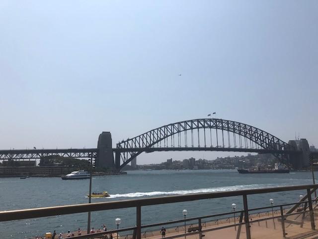 画像: シドニー湾の両岸を結ぶハーバーブリッジ(2020/01/03 添乗員撮影)