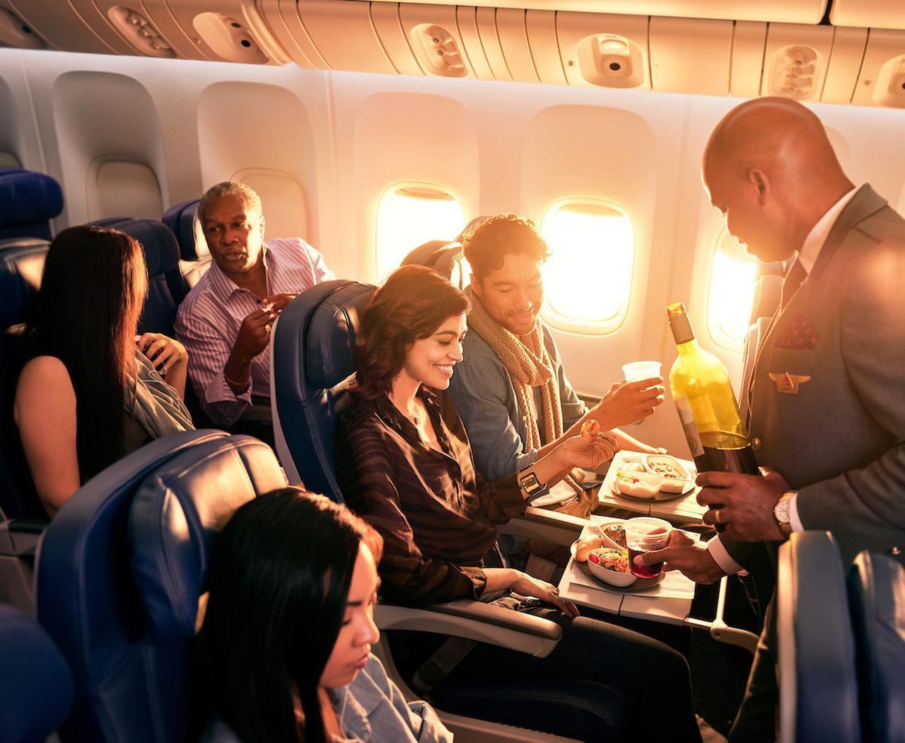 画像: エコノミークラス食事の様子/デルタ航空提供(イメージ)