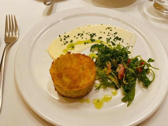 画像: スリーコースのロブスターディナー 前菜のクラブケーキ/弊社スタッフ和田撮影
