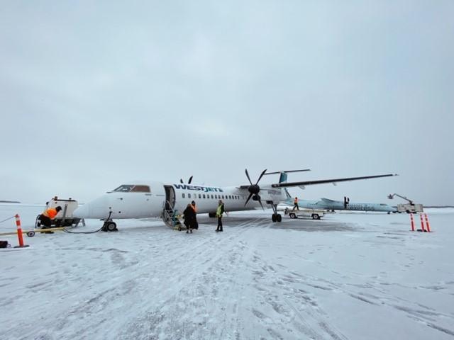画像: イエローナイフ空港 ウエストジェット搭乗前