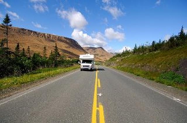 画像: かつて地球のマントルだった部分、テーブルランド(左上の丘陵)(イメージ)/NewfoundlandAndLabrador