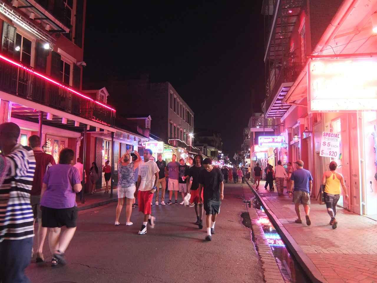 画像: ジャズクラブで賑わうバーボンストリート(イメージ)