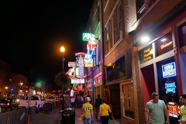 画像: ネオン煌くナッシュビルの街(イメージ)