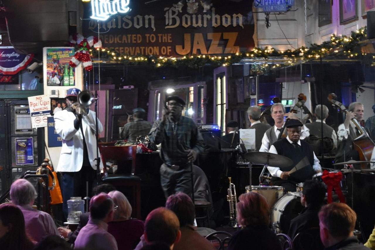 画像: 毎晩ミュージシャンのパフォーマンスが聴こえるバーボンストリートのジャズクラブ(イメージ)