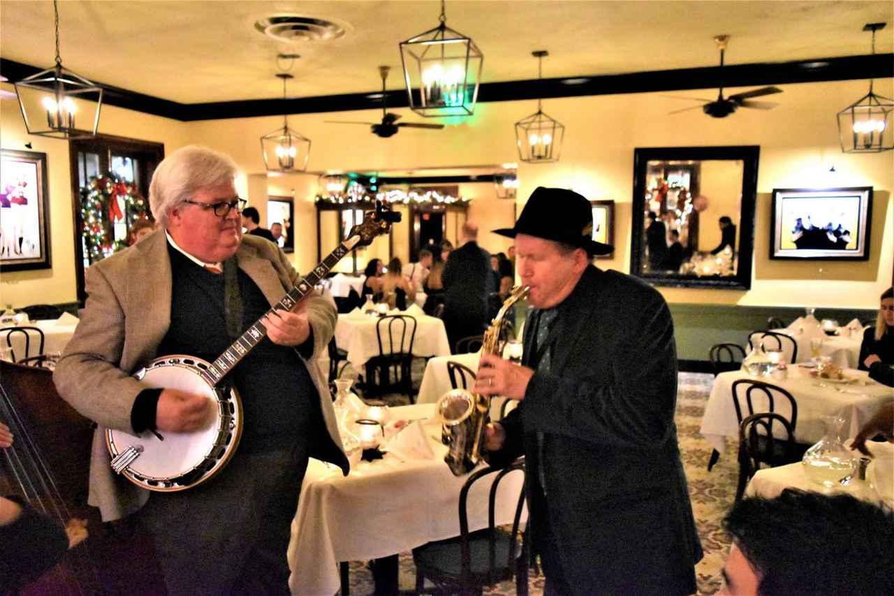 画像: ジャズ演奏を聴きながらの夕食(イメージ)