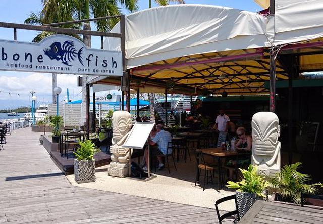 画像: フィジーで人気のシーフードレストラン。ライトアップされたマリーナも素敵ですよ♪(弊社スタッフ撮影)