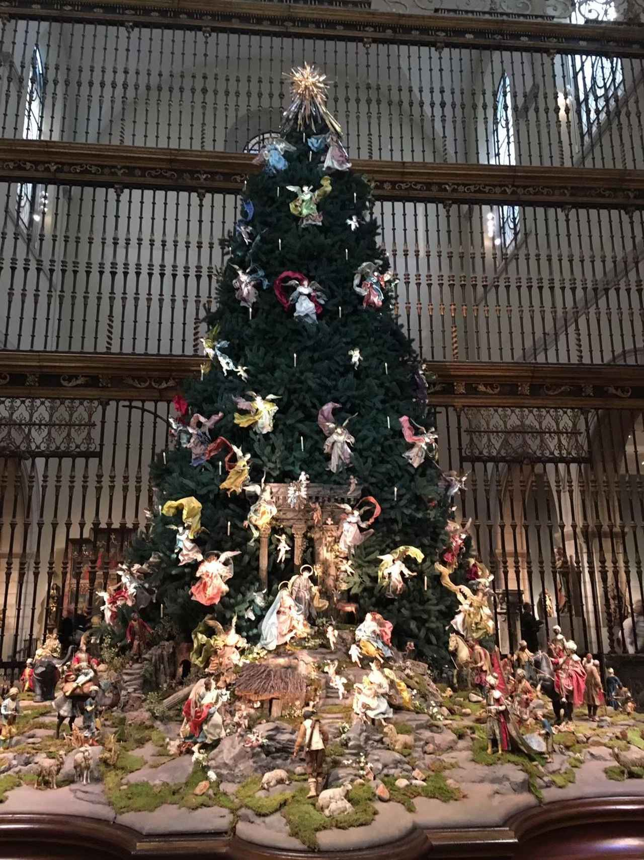 画像: (メトロポリタン美術館クリスマスツリー/弊社社員撮影)