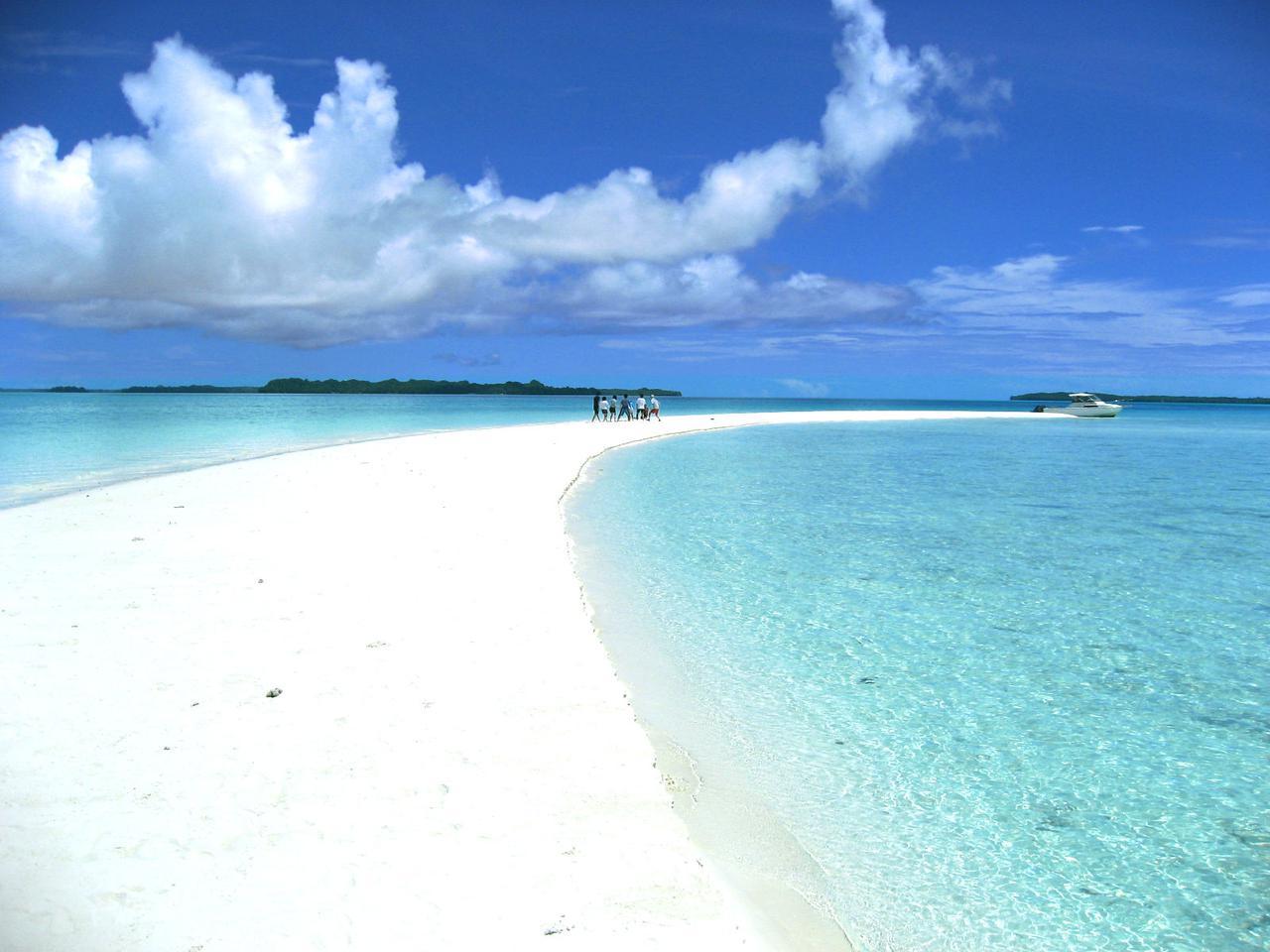 画像: 干潮時に現れるロングビーチ。白い砂浜が美しい浜辺です。(イメージ) 当日の海況により、ご覧になれない場合もございます。