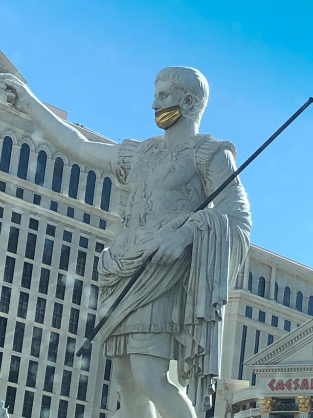 画像: ラスベガス シーザー像も金色のマスクで対策中(現地ガイド撮影)
