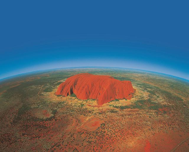 画像: 「地球のへそ」とも呼ばれるエアーズロック/空撮イメージ