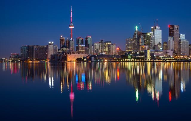画像: カナダ最大の都市・オンタリオ州トロントの夜景