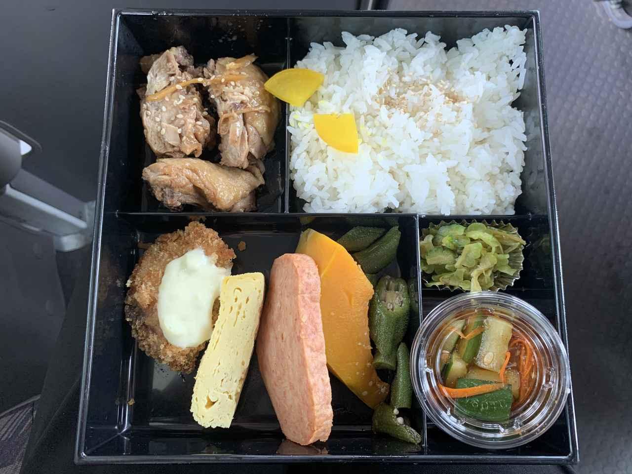 画像: ツアー内のお弁当の一例。 この日は鶏肉の照り焼きとお魚のフライでした♪ホカホカ、もちもちのお米が美味しい!(弊社スタッフ撮影)
