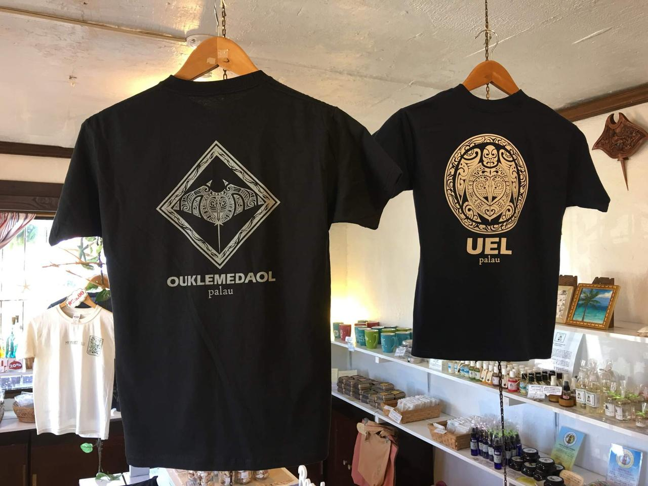 画像: 素敵なデザインが多く、日本でも使えそうなのがうれしいTシャツ。(弊社スタッフ撮影)