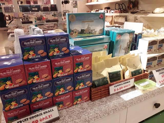画像: 空港内でも買えるクッキー。タピオカやキャッサバなど日本でも最近人気の材料で作られています。 (弊社スタッフ撮影)