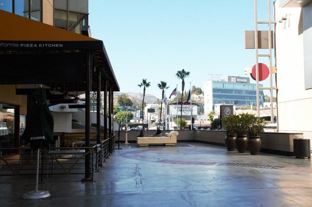 画像: ハリウッドサインを望むバルコニーの様子/現地スタッフ撮影(6/21撮影)