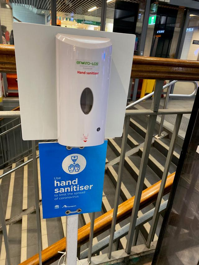 画像: シドニー駅のプラットフォーム設置の消毒スプレー/日本同様、至るところに設置されております。(6月下旬 現地スタッフ撮影)