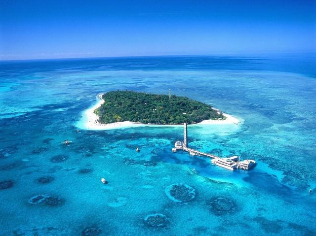 画像: グレートバリアリーフに浮かぶグリーン島(空撮イメージ)