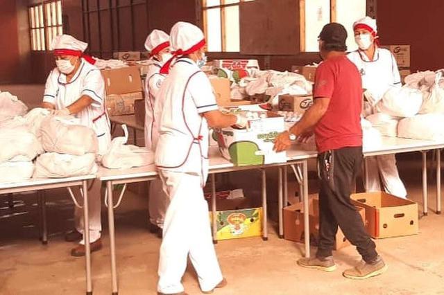 画像: 学校での食料品の配給(6月中旬撮影)学校での食料品の配給(6月中旬撮影)