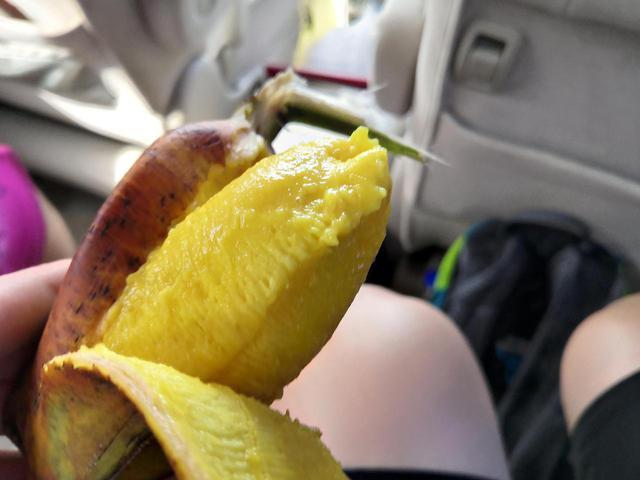 画像: 変わった形の「カラチバナナ」 (クラブツーリズムスタッフ撮影)