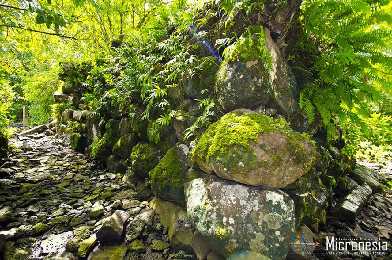 画像: コスラエ島のレラ遺跡 (出典:ミクロネシア連邦政府観光局)