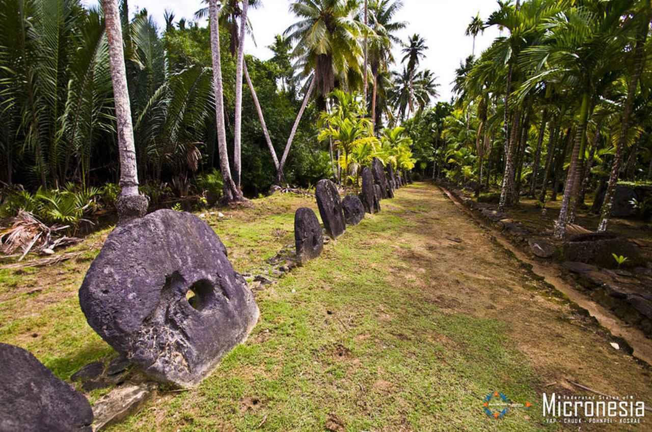 画像: ヤップ島の石貨 出典:ミクロネシア連邦政府観光局