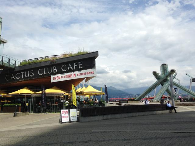 画像: レストランとオリンピック聖火台/7月6日撮影©KIEカナダ