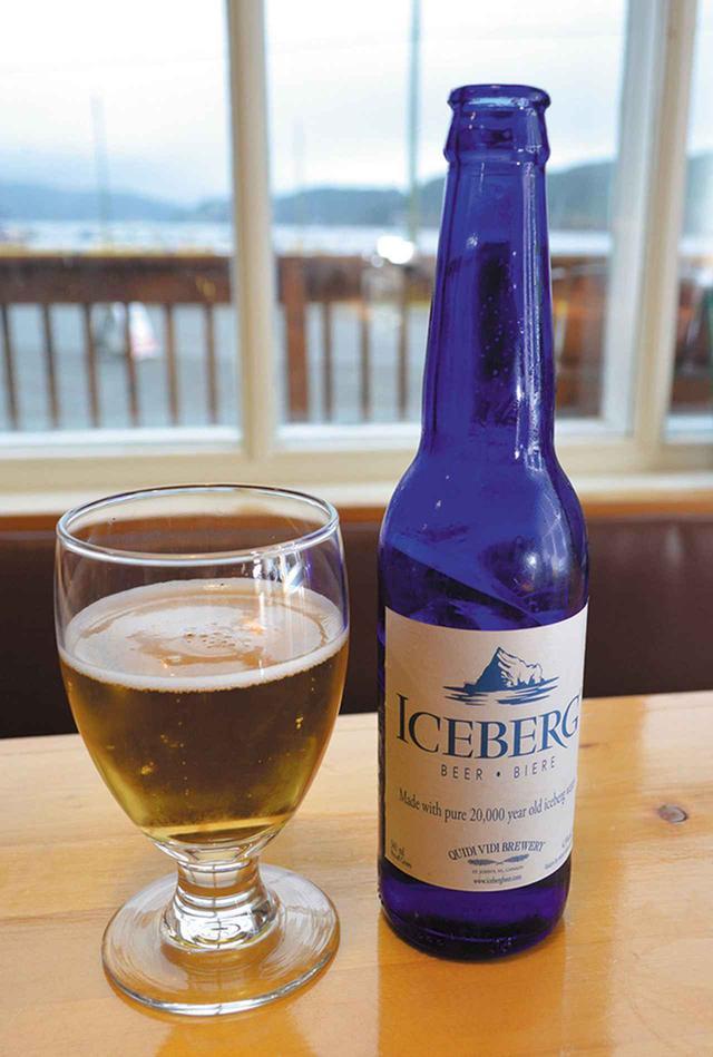 画像: 個性的なブルーの瓶ボトルが可愛いアイスバーグビール/Canada theater