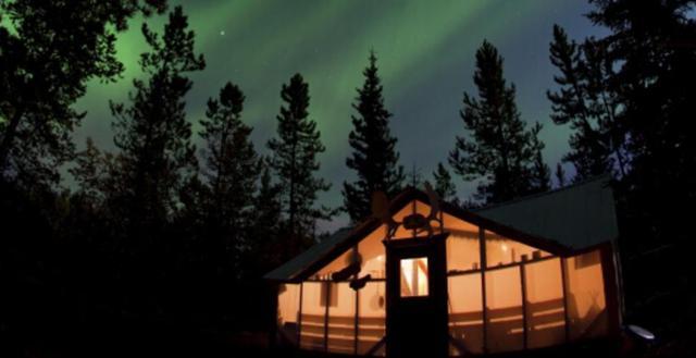 画像: オーロラは自然現象のためご覧いただけない場合があります https://jp-keepexploring.canada.travel/things-to-do/northern-lights-viewing-yukon