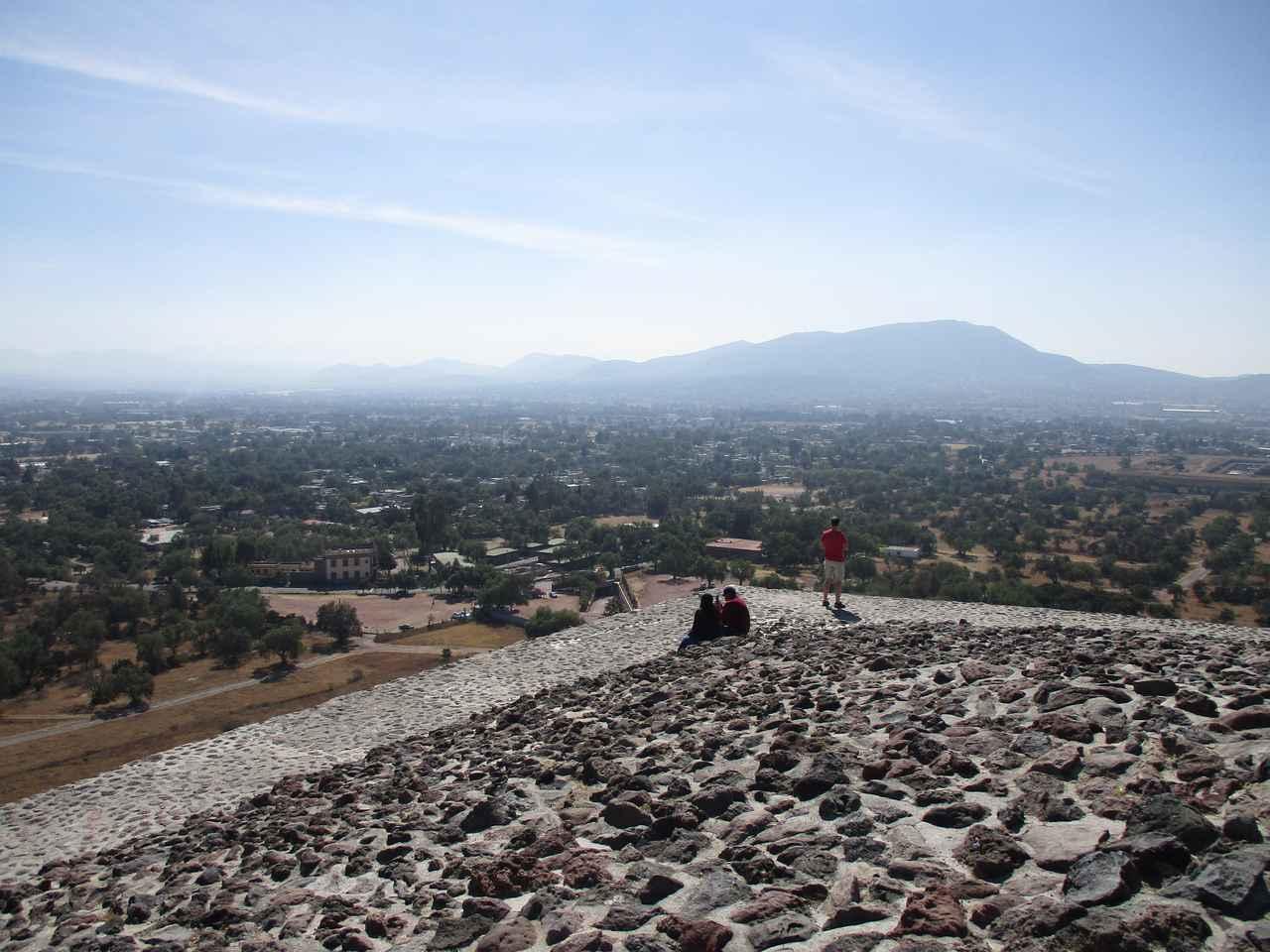 画像: テオティワカン・太陽のピラミッド頂上からの眺め(イメージ)