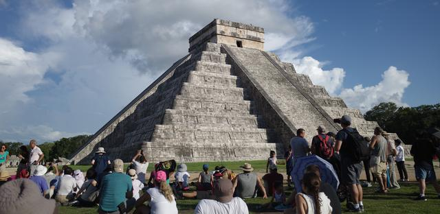 画像: ピラミッドの近くでククルカン降臨を待つ人々(2019年秋分の日・スタッフ矢島撮影)