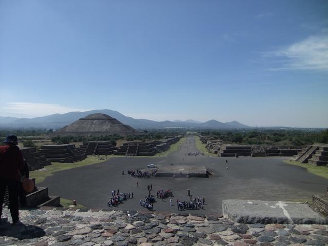 画像: テオティワカン・月のピラミッドから見た死者の道(イメージ)