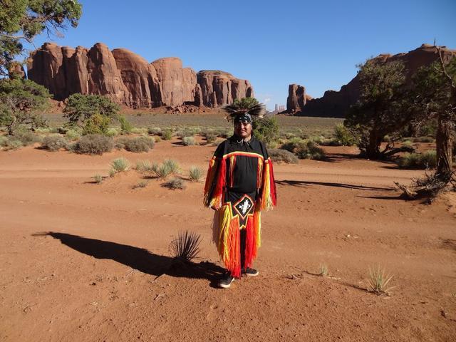 画像: 民族衣装を身に着けたナバホ族の男性 (弊社スタッフ撮影)