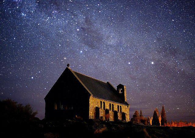 画像: 夜空に向かうテカポ湖/イメージ